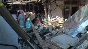 TKP kecelakaan, bagian depan teras rumah yang hancur berantakan ditabrak mobil Kapolsek Gunem. (Foto atas) Kabid Humas Polda Jawa Tengah, Kombes Iskandar FS menyampaikan penjelasan kepada wartawan, Selasa sore (26 Mei 2020).