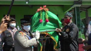 Kapolres Rembang, AKBP Dolly A. Primanto ikut mengangkat keranda jenazah.