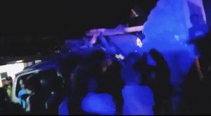 Warga berkerumun di sekitar TKP kecelakaan, Senin malam (25/05).