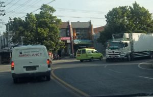 Mobil ambulance berhasil mengevakuasi pasien, untuk dibawa ke ruang isolasi RSUD dr. R. Soetrasno Rembang.