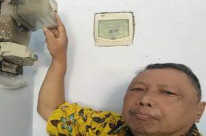 Agus Wartanto, warga perumahan Puri Mondoteko Rembang menunjukkan meteran listrik miliknya, Senin (04 Mei 2020).