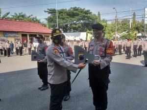 Kapolres Rembang, AKBP Dolly A. Primanto menyerahkan secara simbolis bantuan masker dari Polda Jawa Tengah, Kamis (14/05).