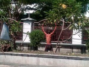 Orang terganggu kejiwaannya tampak melakukan peregangan tubuh di sebelah utara Masjid Jami' Lasem. (Foto atas) Seorang tukang becak dihadang orang gila di pinggir jalur Pantura Jl. Diponegoro, Rembang.
