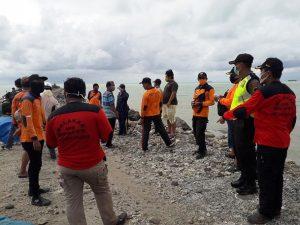 Tim SAR gabungan bersiap-siap melakukan pencarian di pinggir pantai Dusun Pendok Desa Manggar, sebelah barat Pelabuhan Tanjung Bonang Sluke, Minggu (10 Mei 2020).