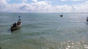 Nelayan Dusun Pendok Desa Manggar Kecamatan Sluke menambatkan perahu, seusai melaut, Minggu (10 Mei 2020).