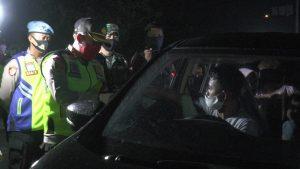 Kapolres Rembang, AKBP Dolly A. Primanto meminta pengguna mobil pribadi putar balik. (Foto atas) Suasana penyekatan kendaraan yang masuk wilayah Kaliori, Kabupaten Rembang, Kamis malam (21/05).