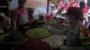 Kapolres Rembang bersama rombongan cek harga Sembako di Pasar Rembang, Selasa (19 Mei 2020).