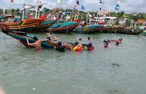 Belasan orang nelayan, Senin (11/05) menyelamatkan perahu yang sempat tenggelam tergulung ombak di sekitar Pelabuhan Tanjung Bonang Sluke.