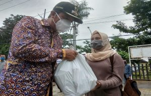 Bupati Rembang, Abdul Hafidz menyerahkan paket Sembako kepada seorang pekerja yang dirumahkan, Minggu (03 Mei 2020).