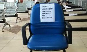 Sebuah tulisan agar pasien menyampaikan informasi yang jujur, tertempel di sebuah kursi ruang pelayanan RSUD dr. R. Soetrasno Rembang.