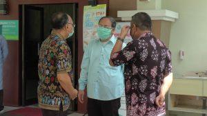 Pihak RSUD dr. R. Soetrasno Rembang berdiskusi di sekitar ruang isolasi perawatan pasien untuk penanganan Covid-19.