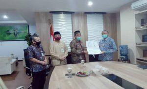 Bupati Rembang, Abdul Hafidz didampingi Wakil Bupati menyerahkan SK pensiun kepada Sekda Rembang, Subakti, Selasa (26/05). Tampak calon penggantinya, Ahmad Muallif ikut menyaksikan.