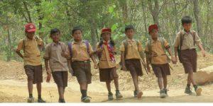 Siswa warga Dusun Ngotoko Desa Pasedan Kecamatan Bulu menembus jalan tengah hutan menuju sekolah, sebelum libur akibat pandemi Covid-19.