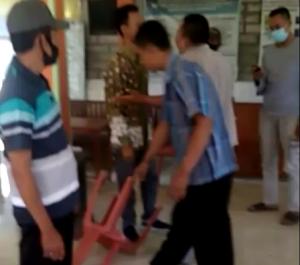 Suasana saat kericuhan terjadi. (Foto atas) Kepala Desa Sumberejo, Kecamatan Pamotan, Mulyanto menunjukkan tumpukan kursi yang dipakai saat menemui warga.