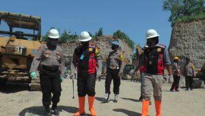Kapolres Rembang, AKBP Dolly A. Primanto (tengah) saat mengecek lokasi tambang yang longsor, belum lama ini.