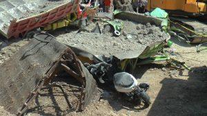 Truk dan motor yang sempat tertimbun longsor. (Foto atas) Kapolres Rembang, AKBP Dolly A. Primanto cek lokasi tambang longsor, Kamis pagi (07/05).