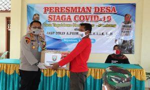 Usai dikarantina, warga Desa Tegaldowo mendapatkan paket Sembako. (Foto atas) Kepala Desa Tegaldowo, Kundari mendampingi Kapolres Rembang, dalam pencanangan Kampung Siaga Covid-19, Sabtu (09/05).