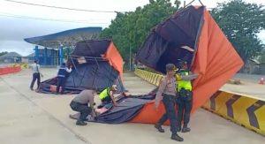 Tenda di posko antisipasi Covid-19 dekat jembatan timbang Sarang ambruk.