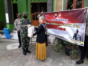Penyerahan bantuan nasi kotak ke panti Ngisor Waru Rembang. (Foto atas) Pengusaha Putut Sutopo ikut membackup kegiatan dapur umum di Makodim Rembang, Selasa (05/05).