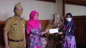 Wakil Bupati Rembang, Bayu Andriyanto beserta isteri menerima hasil rapid test dari pihak RS Bhina Bhakti Husada Rembang, Senin (23/06).