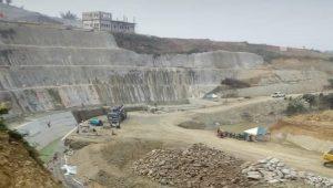 Pembangunan Bendung Randugunting di Desa Kalinanas, Kecamatan Japah, Kabupaten Blora. (Foto atas) Muh. Maji'in, warga Desa Meteseh Kec. Kaliori saat melihat proses pembangunan bendungan, belum lama ini.