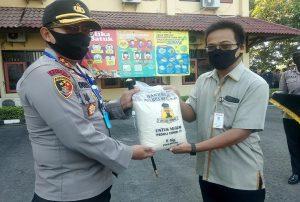 Pihak Bulog menyerahkan bantuan beras secara simbolis kepada Kapolres Rembang, AKBP Dolly A. Primanto, Selasa pagi (09 Juni 2020).