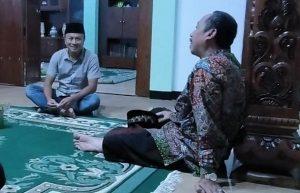 Reporter R2B, Musyafa Musa berbincang dengan Bupati Rembang, Abdul Hafidz, Jum'at malam (05/06).