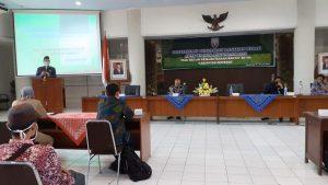 Bupati Rembang, Abdul Hafidz menyampaikan arahan, saat sosialisasi dana hibah di lantai IV Gedung Setda, Selasa (16/06).