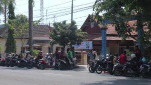 Antrean warga di pinggir jalan, depan kantor Dindukcapil Jl. Pemuda Rembang, Selasa (30/06).