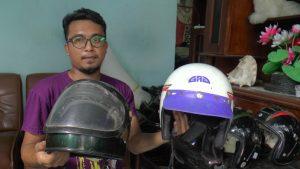 Eko Hadi Wibowo, warga Desa Kebonagung Kecamatan Sulang menunjukkan dua helm Jadul miliknya yang pernah dipinjam untuk syuting film.