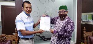 Gunasih menyerahkan surat pengunduran diri Harno, dari bursa pencalonan Cawabup PPP. Surat diterima oleh Ketua DPC PPP Kab. Rembang, Majid Kamil (berpeci).