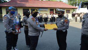 Iptu Joko Wuryatmo, Kaur Binops Satlantas termasuk yang menerima penghargaan dari Kapolres Rembang, Kamis pagi (11/06).