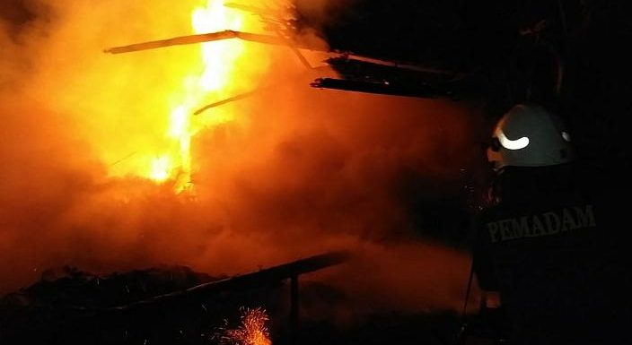 Gudang Kayu Dan Mebel Milik Kades Terbakar, Pemadaman Butuh Waktu 5 Jam Lebih