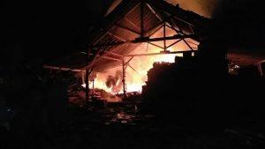 Kebakaran yang melanda gudang kayu dan usaha mebel di Desa Pacing, Kecamatan Sedan, Kamis malam.