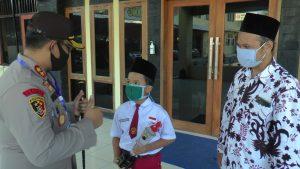 Kapolres Rembang, AKBP Dolly A. Primanto memberikan semangat kepada M. Yazid Bhastomi, didampingi ayahnya, Kamis (11/06).