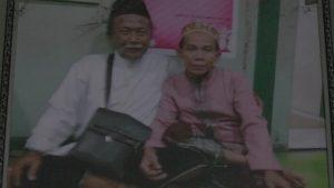 Foto bareng Mbah Man dengan Kiai Syaroffudin.