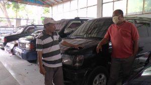 Usaha jual beli mobil bekas milik Sarto di Jl. Pemuda Rembang. (Foto atas) Sales counter dealer mobil Mitsubishi di Rembang menunjukkan salah satu seri mobil Pajero Sport.