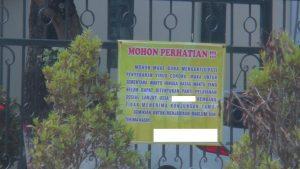 Peringatan tidak menerima tamu terpasang di salah satu panti jompo di Rembang.