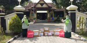 Ikatan Isteri Dokter Indonesia Cabang Rembang menaruh bantuan di luar pagar panti jompo, Jum'at pagi (19/06).