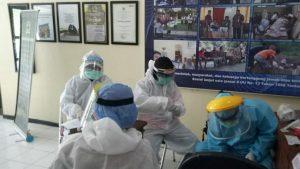 Petugas medis Puskesmas Rembang II menggelar pemeriksaan di sebuah panti jompo di Rembang. Belakangan diketahui 6 orang reaktif, setelah menjalani rapid test.