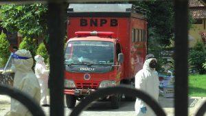 Mobil BPBD Provinsi Jawa Tengah berada di Panti Lansia Rembang. (Foto atas) Pendirian tenda posko di depan Panti Lansia, Sabtu (27/06).
