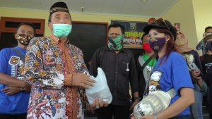Bupati Rembang, Abdul Hafidz menerima sumbangan hasil mengamen kelompok Pasdendang.