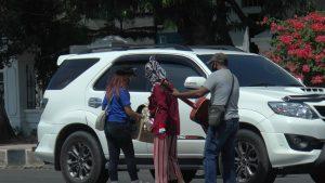 Musisi dan penyanyi yang tergabung dalam Pas Dendang mengamen di lampu pengatur lalu lintas depan Kantor Bupati Rembang, Kamis (18/06).