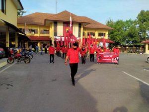 Ketua DPC PDI Perjuangan Kabupaten Rembang, Ridwan (paling depan) bersama kader mendatangi Mapolres, Jum'at (26/06) untuk menyuarakan tuntutan, atas kejadian pembakaran bendera PDI P di Jakarta.