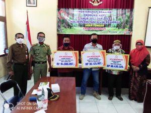 Penyerahan dana bagi hasil kepada pengurus LMDH di kantor KPH Mantingan, Selasa (23/06).