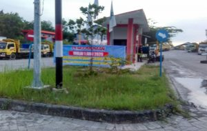 Pangkalan truk Silog di pinggir jalan raya Rembang – Blora, Desa Landoh Kec. Sulang. (Foto atas) Sopir truk Silog mengajukan pengunduran diri, Selasa (02/06).