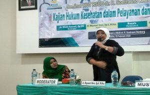 Dokter spesialis anak RSUD dr. R. Soetrasno Rembang, Mayasari Dewi saat menyampaikan pandangannya seputar masalah stunting, beberapa waktu lalu.