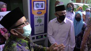 Menteri Koperasi Dan UKM usai melihat ATM beras di kantor koperasi BMT Bus Lasem, Sabtu (04/07).