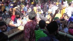 Keramaian warga berebut air sisa penjamasan Bende Becak. (Foto atas) Bende Becak ditunjukkan kepada masyarakat, Jum'at (31/07).