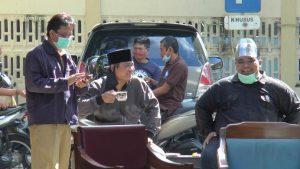 Usai tes swab, dua wakil rakyat di DPRD Rembang ini tampak berjemur. (Foto atas) Suasana tes swab anggota DPRD Rembang, Senin (13/07).